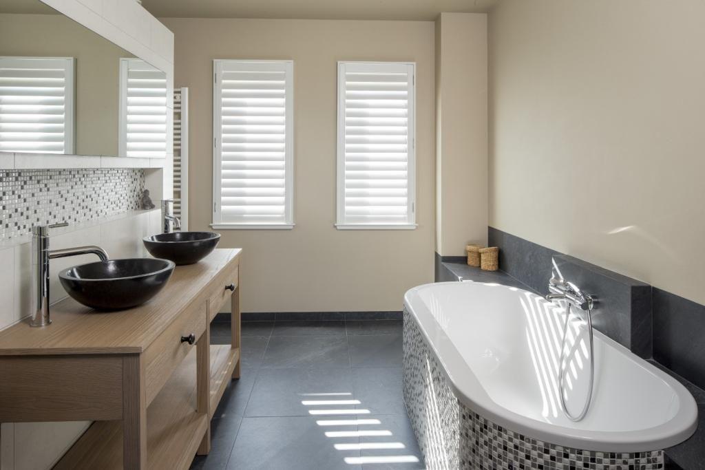 raamshutters kopen badkamer